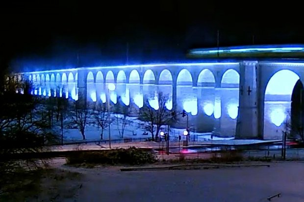 Zjawiskowo wyglądają pociągi jeżdżące zimą po bolesławieckim wiadukcie