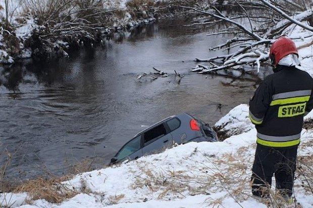 Wypadek: Auto wpadło do lodowatej Kwisy. Pasażer ciężko ranny
