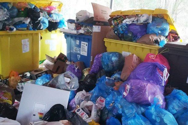 Śmieci przesypują się z kontenerów. Wójt Gminy Warta Bolesławiecka odpowiada