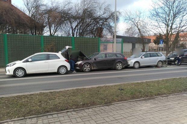 Karambol na Wróblewskiego. Zderzyły się cztery auta. Sprawca ukarany mandatem