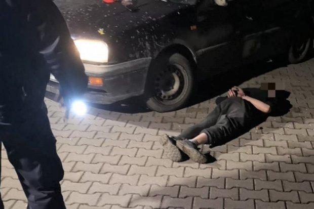 Kierował po narkotykach. Uszkodził radiowóz, gdy uciekał przed policją. Nastolatek zatrzymany