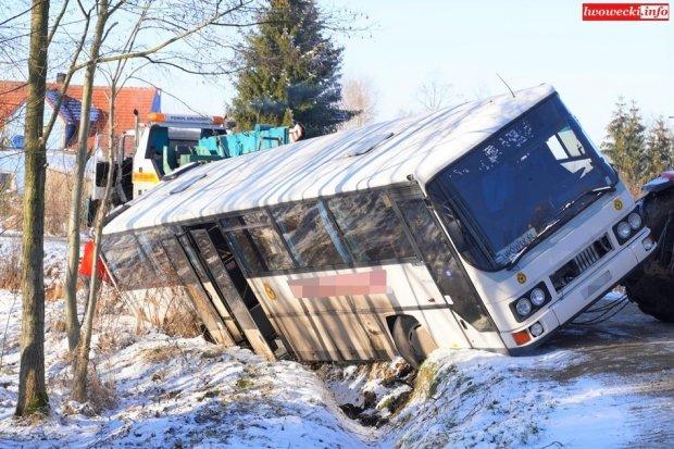 Autobus PKS-u zsunął się do rowu