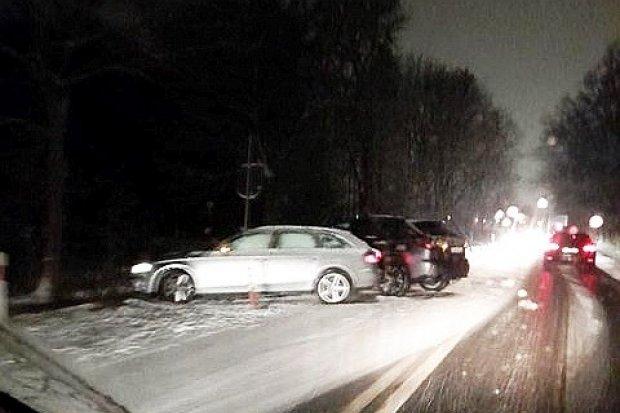 Kolizja dwóch aut koło Łąki. Na drogach panują fatalne warunki do jazdy