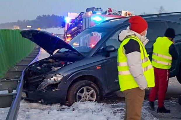 Uderzył w barierę na A4, przyczepka z autem, które przewoził, się przewróciła