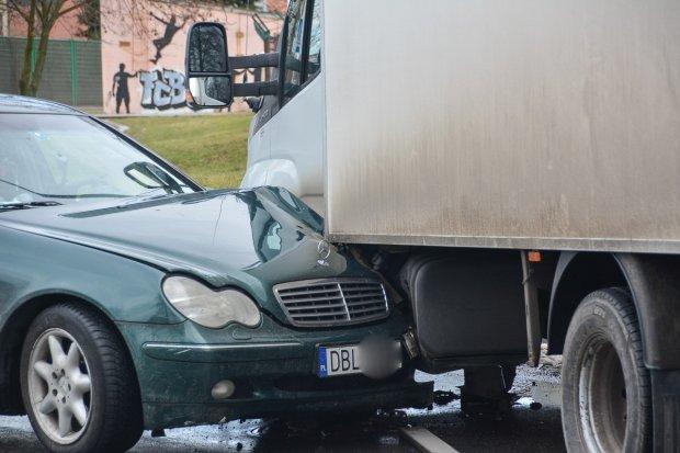 Pijany kierowca mercedesa sprawcą zderzenia z busem Iveco