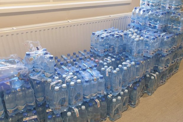 Już prawie tysiąc butelek wody mineralnej dla oddziału covidowego