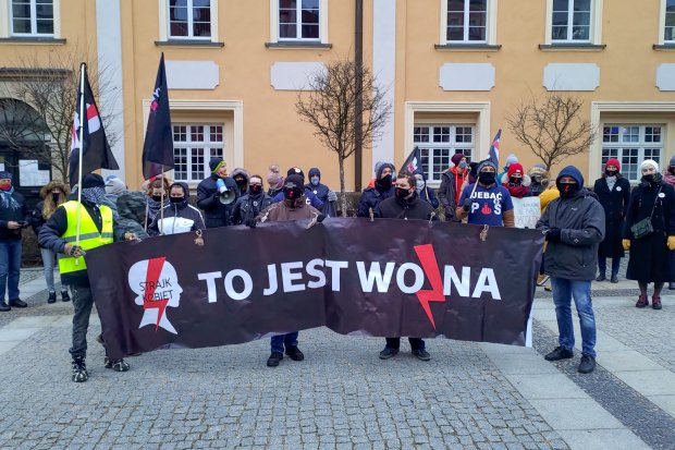 Kilkadziesiąt osób znów protestuje w Bolesławcu przeciw zakazowi aborcji