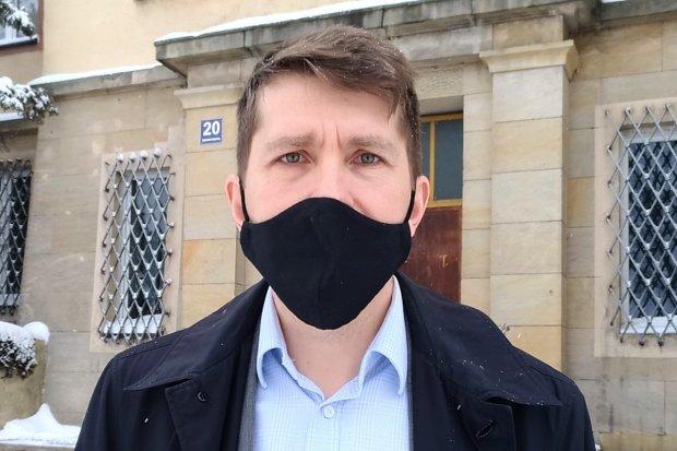 Policja wezwała Dariusza Sasa jako świadka i obwinionego! Chodzi o Strajk Kobiet i wizytę PAD