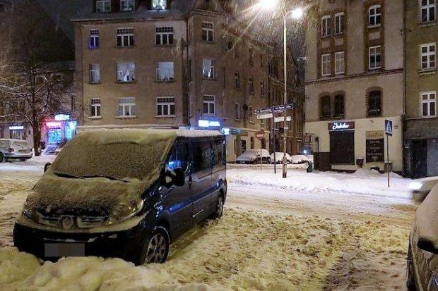 Uwaga kierowcy! Śnieg przysypał jezdnie i znaki poziome
