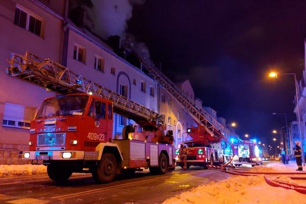 Potężny pożar na poddaszu kamienicy przy Żwirki i Wigury. Ewakuowano 22 osoby