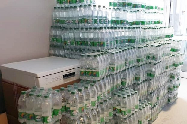 Kolejne dostawy wody mineralnej dla oddziału covidowego w Bolesławcu