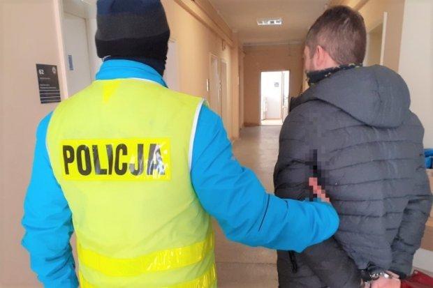 Poszukiwany przestępca ukrył się przed policją pod… kołdrą