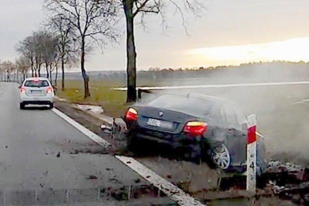Bmw niebezpiecznie wyprzedzało, skasowało dwa inne auta koło Kruszyna. Kierowca z 500-zł mandatem
