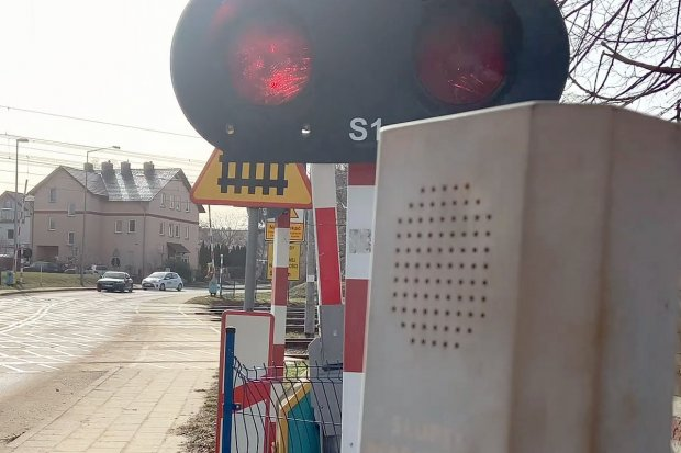 Niebezpiecznie na przejeździe na Polnej. Zlekceważyli niepodniesioną rogatkę