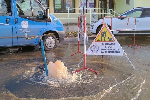 Pęknięcie rury wodociągowej przy Grunwaldzkiej, kiedy dostawy wody będą wznowione?