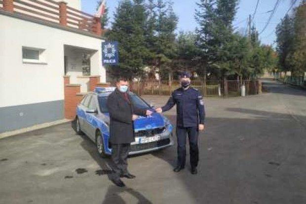 Nowogrodzieccy policjanci z nowym radiowozem