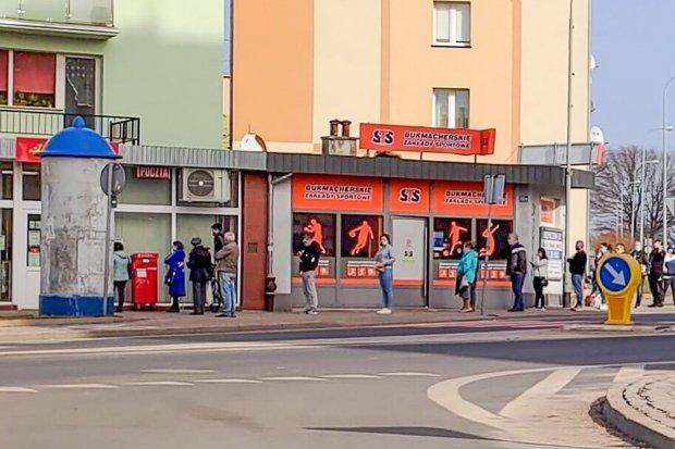 Koszmarne kolejki na poczcie przy Asnyka. Co się dzieje?!