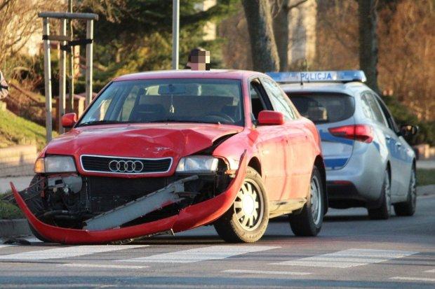 Zderzenie dwóch aut na skrzyżowaniu Piastów ze Spokojną