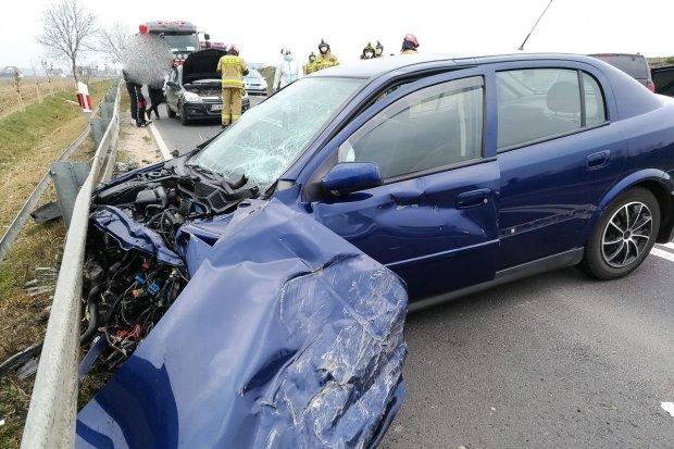 Czołówka dwóch aut za Wartą. Dwie kobiety ranne, sprawczyni straciła prawo jazdy