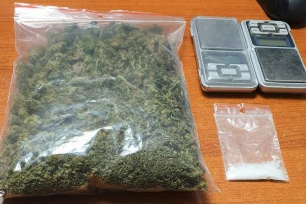 22-latek wpadł z dużą ilością marihuany i metamfetaminą. Przechwycono ponad 600 porcji