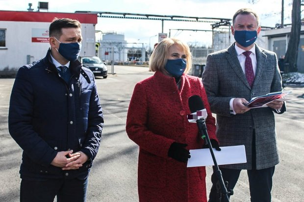 Posłowie KO krytykują fuzję Orlenu z Lotosem. Konferencja przed terminalem w Bolesławcu