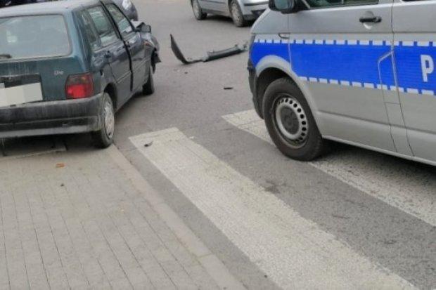 Policyjny pościg za fiatem uno. 24-latek z zakazem staranował znak, został zatrzymany