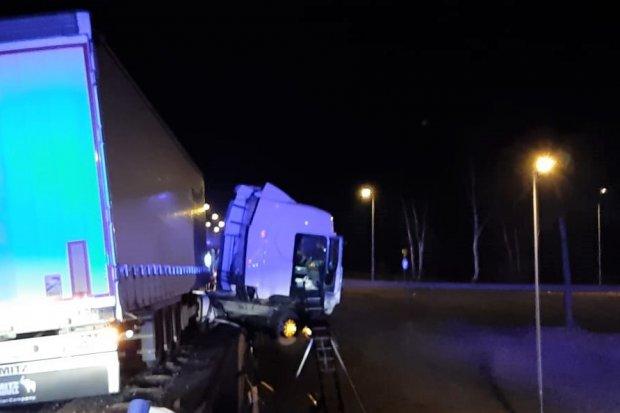 A4: Tir zawisł 7 metrów nad drogą. Kierowca był zakleszczony w kabinie