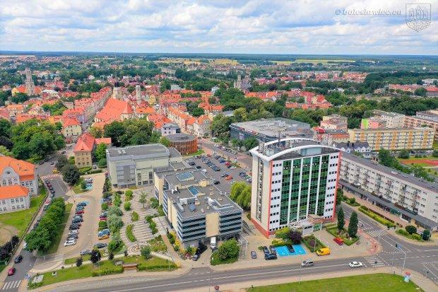 Oszczędniej i estetyczniej w Bolesławcu. Miasto z dofinansowaniem na modernizację oświetlenia