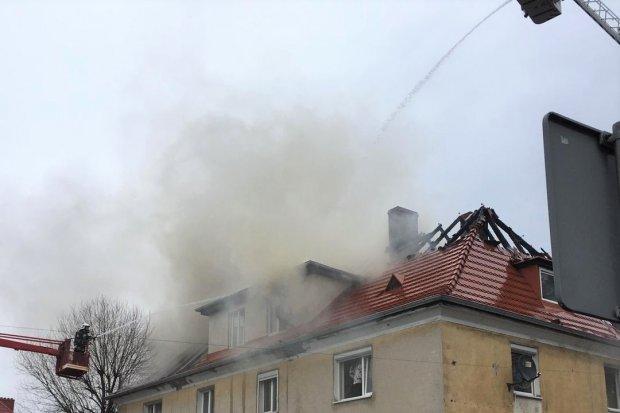 Pożar domu w sąsiednim powiecie. Strażacy z Nowogrodźca w akcji