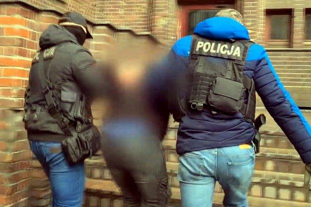 """Oszust kradnący """"na policjanta"""" zatrzymany. Wyłudził od kobiety 40 tys. zł i biżuterię"""