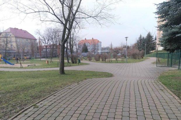 Przesadzają ze sprzątaniem placu przy Łukasiewicza w Bolesławcu? Marnowanie pieniędzy?