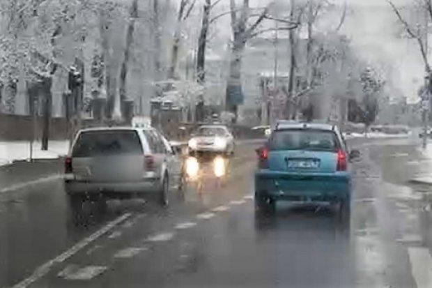 Niebezpieczne manewry na skrzyżowaniu. Gdzie się tak ludziom spieszy?