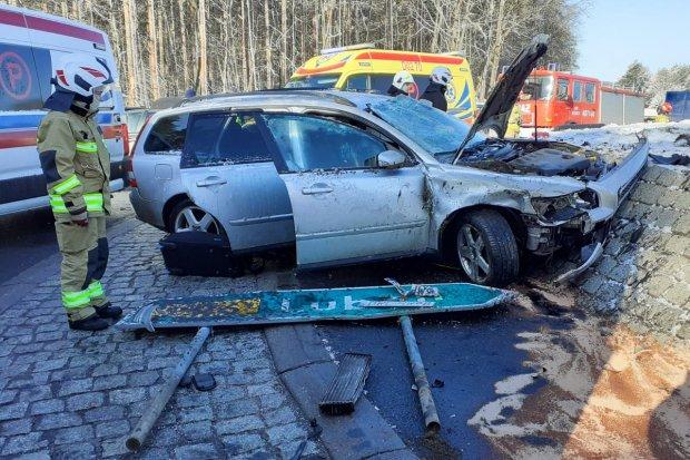 Wypadek na rondzie w Jeleniowie. Volvo uderzyło w nasyp, dwie osoby ranne