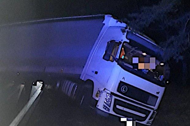 Pijany kierowca TIR-a wjechał do rowu. Mężczyzna miał 2,7 promila i jechał bez uprawnień