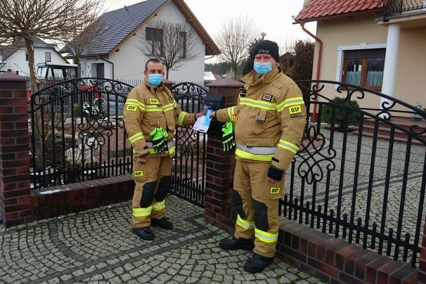 Strażacy informują o COVID-19. Jednostki OSP z powiatu bolesławieckiego rozwożą ulotki o szczepieniach