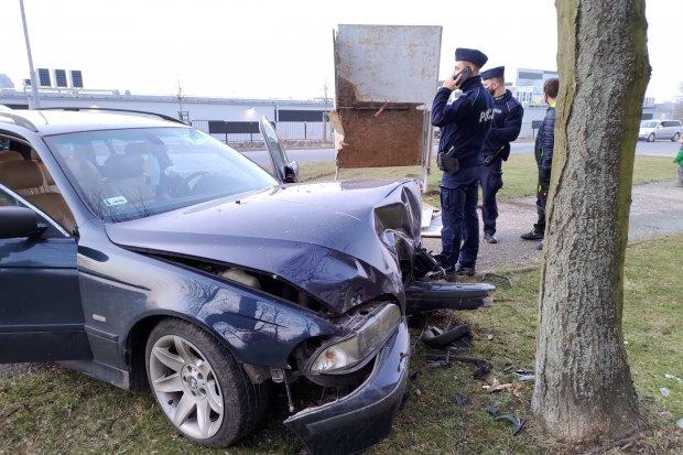 Zderzenie BMW ze słupem i drzewem przy Staroszkolnej. Kierowca i pasażerowie uciekli