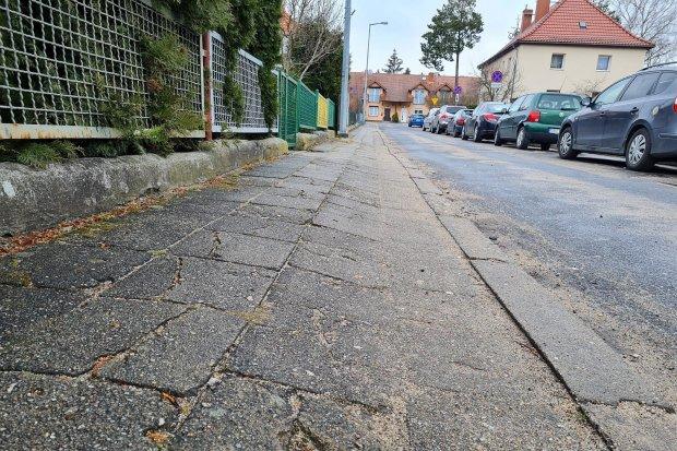 Krzywy chodnik przy ulicy Korfantego. Można skręcić kostkę