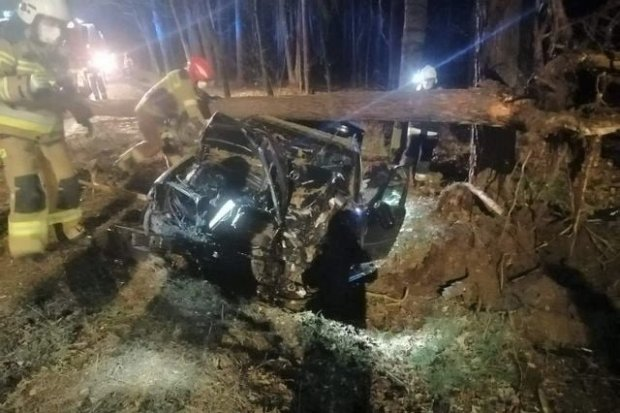 Osiecznica: mercedes wjechał w drzewo. 18-latek ranny