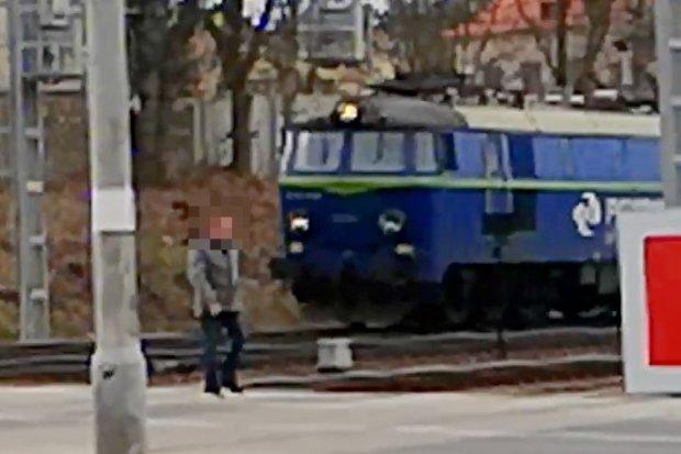 Złamał przepisy, szedł tuż przed jadącym pociągiem