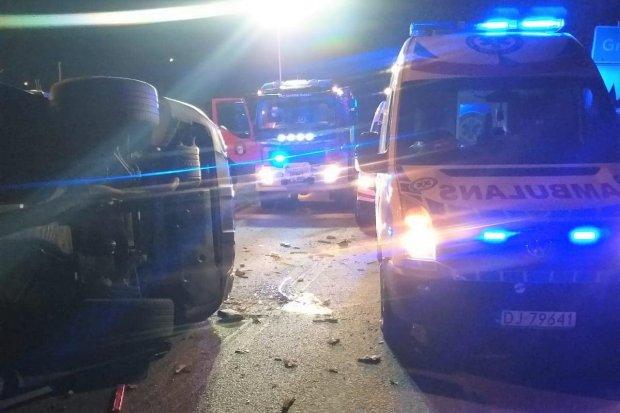 Śmiertelny wypadek. Mercedes uderzył w drzewo, 45-latek nie żyje