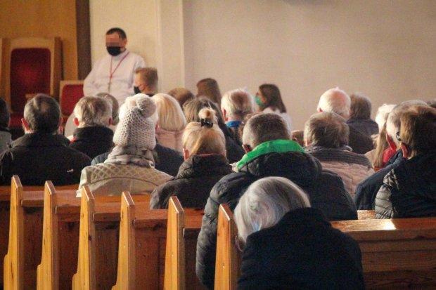 Około 100 osób w kościele w Bolesławcu. O kilkadziesiąt za dużo
