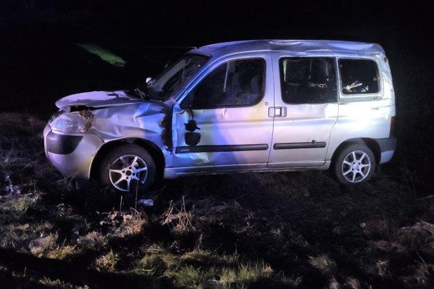 Wypadek w Nowogrodźcu, citroën dachował. 18-latka trafiła do szpitala