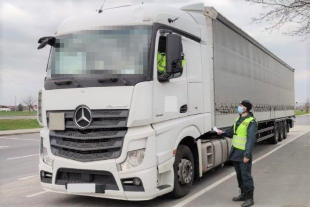 """A4: prowadził 40-t ciężarówkę bez wymaganego prawa jazdy. Tłumaczył, że tylko """"kawałek"""""""