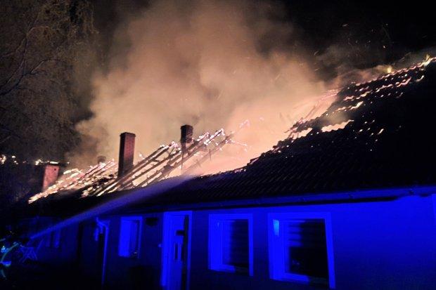 Potężny pożar budynku w Nowych Jaroszowicach. SZCZEGÓŁY AKCJI