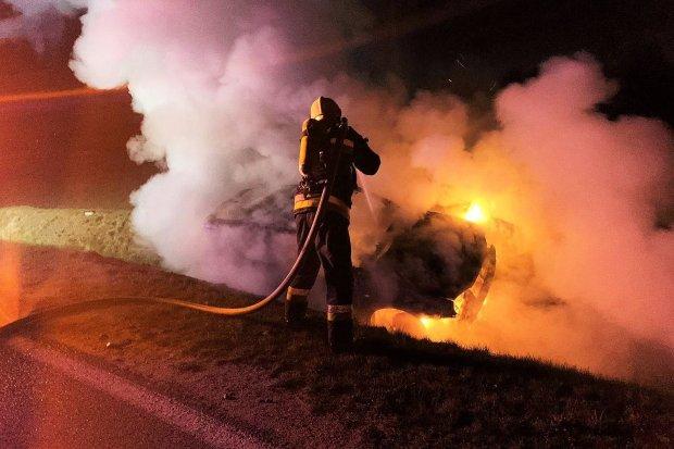 Nocny pożar auta. Pojazd spłonął doszczętnie