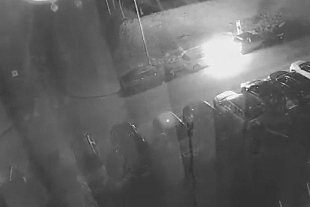 Podpalił samochód BMW. Policja szuka bandyty! WIDEO
