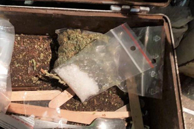 Wpadł z 300 porcjami narkotyków. Dragi ukrył w… bucie motocyklowym