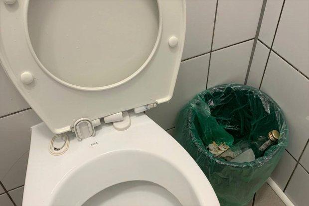 """Armagedon w toalecie w bolesławieckim markecie. """"Zbiera na wymioty"""""""
