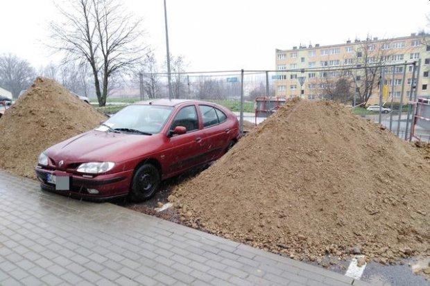 Okopany Renault przy Starzyńskiego