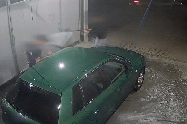 Chciał ukraść auto na myjni. Właścicielka zafundowała mu zimny prysznic. DOSŁOWNIE